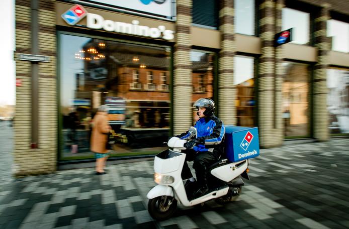 Een pizzabezorger van fastserviceketen Domino's Pizza.