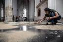Kunstenaar Keiko Sato legt de laatste hand aan haar werk van de tentoonstelling Suffering Matters in de Sint Stevenskerk.