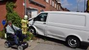 Bestuurder rijdt door het rode licht: zware schade na botsing op kruispunt
