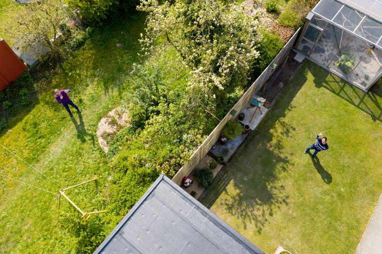 Je kan de grasrevolutie prediken, maar ieder blijft baas in eigen tuin, ook in de Heilige Geestmolenstraat in Lokeren.  Beeld Florian Van Eenoo Photo News