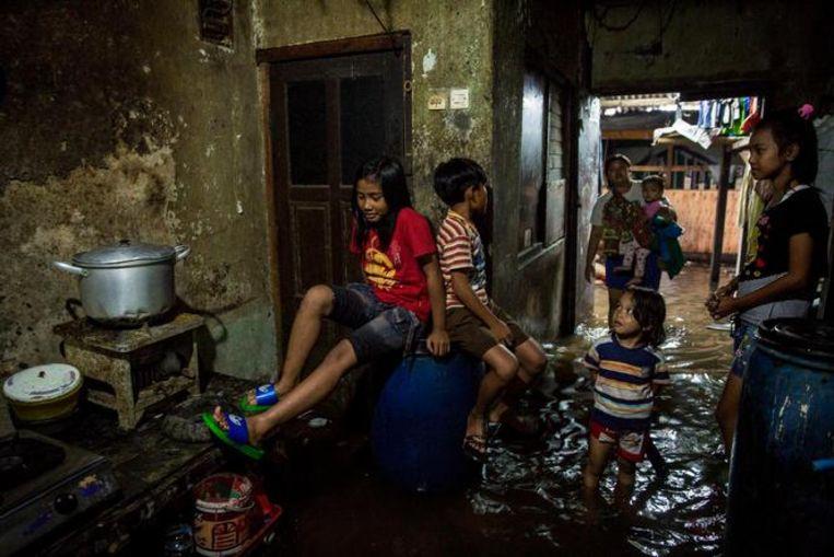 Inwoners van Jakarta hebben steeds vaker te maken met overstromingen door bodemdaling en zeespiegelstijging. Beeld Cynthia Boll