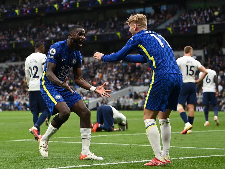 Antonio Ruediger van Chelsea viert de 0-3 tegen Tottenham Hotspur met teamgenoot Timo Werner. Beeld EPA