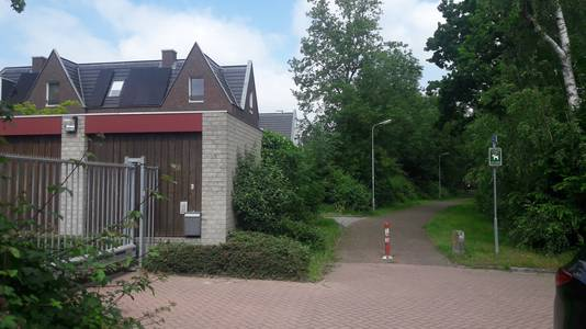Het voormalige Carolusklooster aan de Hervensebaan in Den Bosch. Aangrenzend het pad de buurt De Herven in.