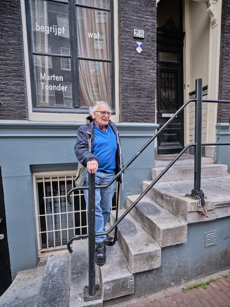 Oud-vrachtwagenchauffeur Jan Stoete voor zijn huis; in de oorlog zat in het pand een illegale drukkerij . Beeld Jamine de Vries