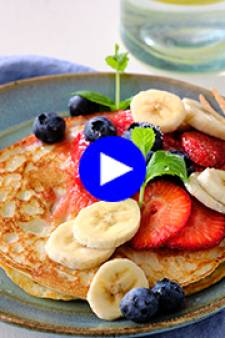 Des fruits frais et une sauce toute simple élèvent vos pancakes au rang de petit déjeuner VIP de l'été