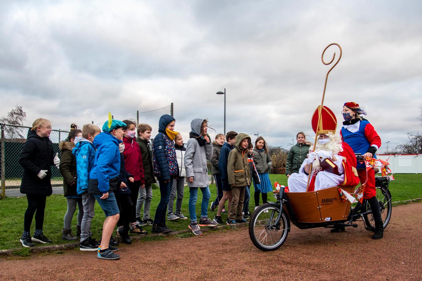 De Sint kwam aan in een bakfiets, lustig voortgetrapt door fietspiet.