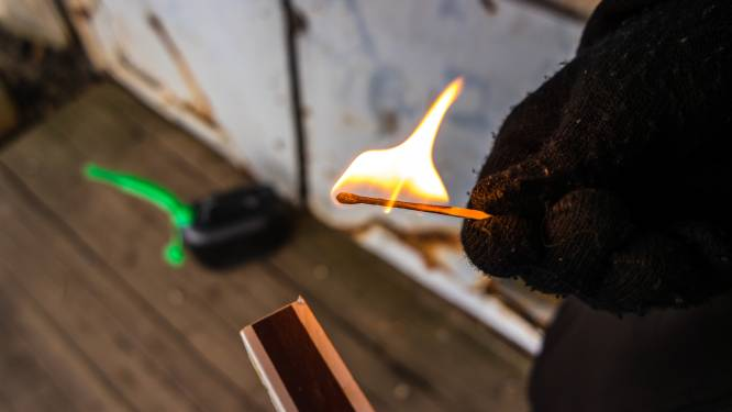 Kind speelt met lucifers en steekt doos in brand