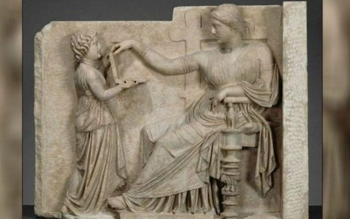 Het Griekse reliëf met de 'laptop'.