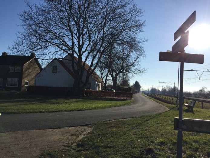 Het huis van Frans Jongen aan de Engeveldsestraat. Waar de straatnaamborden staan, daar komt de A15 te liggen. De snelweg komt onder de spoorlijn (rechts) te lopen.
