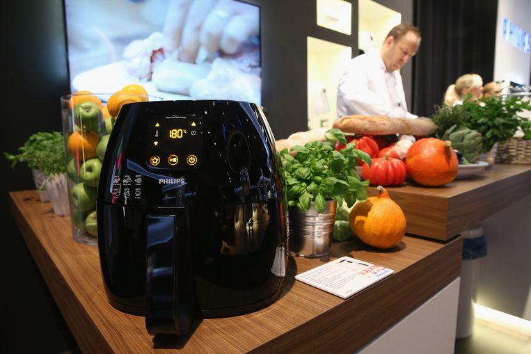 Een airfryer van Philips. Het bedrijf verkoopt zijn divisie voor huishoudelijke apparaten voor 4,4 miljard euro aan een Chinese investeerder. Beeld Getty