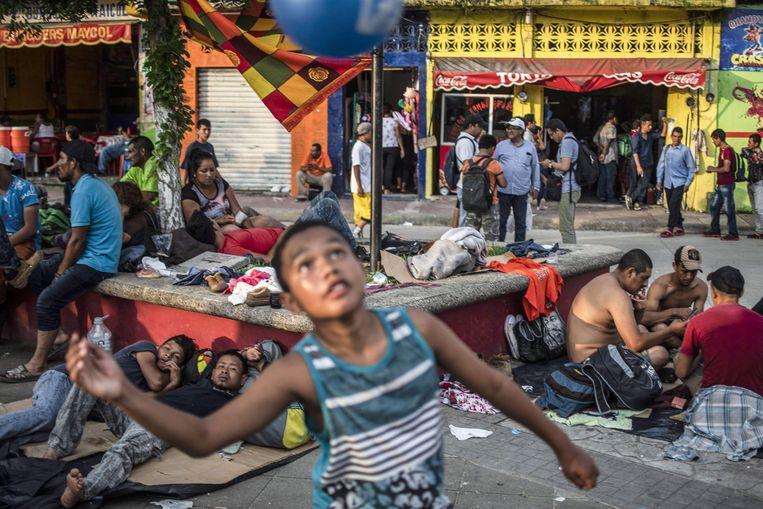 Het Mexicaanse stadje Huixtla wordt overspoeld door de migrantenkaravaan. Beeld AFP