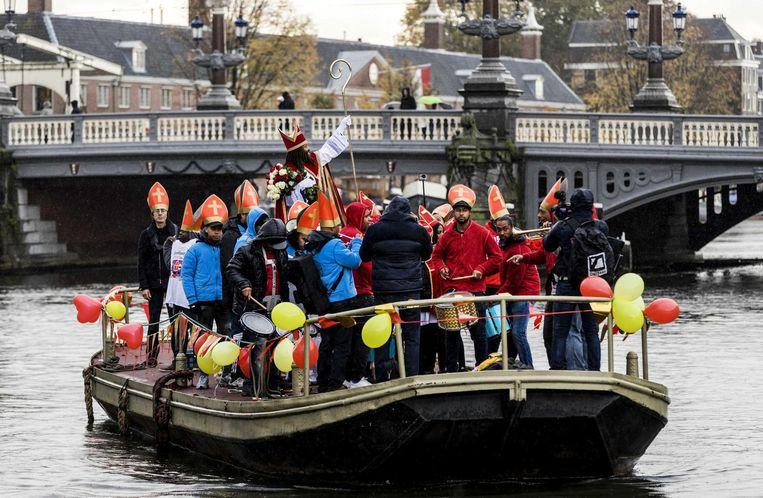 2016-11-05 11:08:45 AMSTERDAM - De Nieuwe Sint (Patrick Mathurin) meert aan bij de steiger bij de Stopera om vervolgens aan zijn intocht te beginnen. ANP REMKO DE WAAL Beeld anp