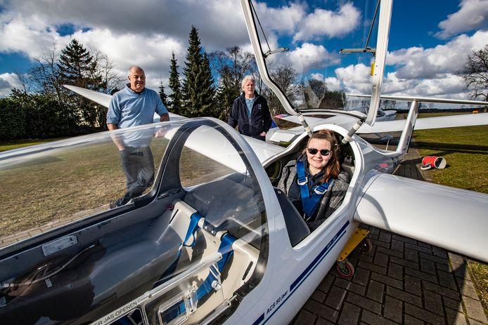 Aeroclub Salland bestaat dit jaar 50 jaar. Ronald de Boer en dochter Roos (links en rechts) komen helemaal uit Hoofddorp om hier te vliegen. Henry van Ommen (achter) is al 48 jaar lid van de zweefvliegclub.