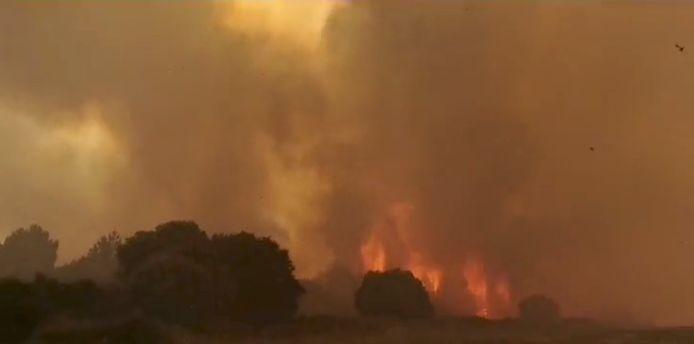 Rookwolken van een brand in de buurt van Cuglieri, Sardinië, Italië.