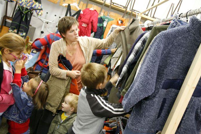 Beeld ter illustratie: een moeder met kinderen in een kringloopwinkel elders in het land.