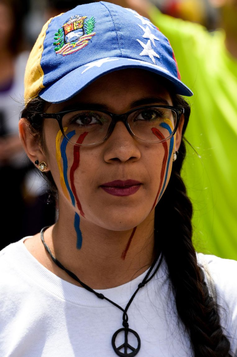 A Venezuelan opposition activist marches against Venezuelan President Nicolas Maduro in Caracas, on April 24, 2017.  Protesters rallied on Monday vowing to block Venezuela's main roads to raise pressure on Maduro after three weeks of deadly unrest that have left 21 people dead. Riot police fired rubber bullets and tear gas to break up one of the first rallies in eastern Caracas early Monday while other groups were gathering elsewhere, the opposition said. / AFP PHOTO / FEDERICO PARRA Beeld afp