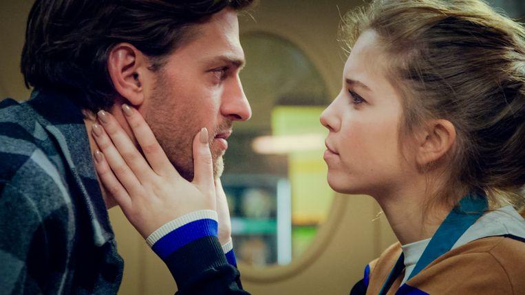 In 'Familie' ziet Emma (Bab Buelens) hoe Guido (Vincent Banic), verblind door geld, langzaam een gigolo dreigt te worden.