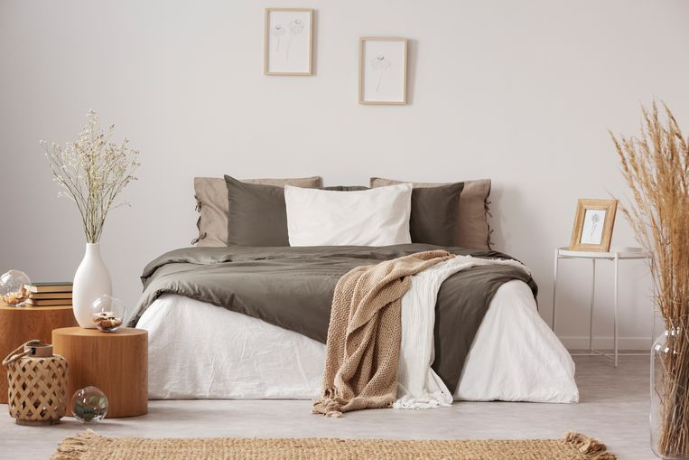 Spacious bedroom interior in beige and olive colour Beeld Getty Images/iStockphoto