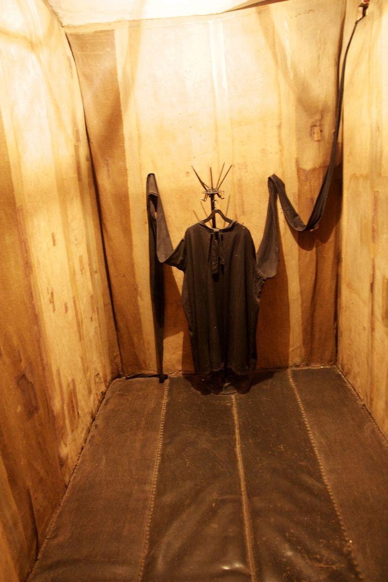 Isoleercel met spanlaken waar onder de Stalin-dictatuur werd gemarteld. De cel bevindt zich in de kelder van het KGB-hoofdkwartier in Vilnius, Litouwen, tegenwoordig het Genocidemuseum. Beeld null