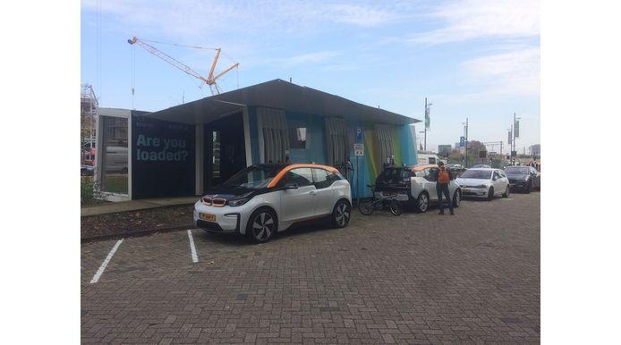 Eindhoven moet regels stellen aan de laadpalen in de openbare ruimte, anders dreigt wildgroei en verrommeling, zegt PvdA-raadslid Arnold Raaijmakers. Hier de batterij opladers voor elektrische Amber-deelauto's op Strijp-S.