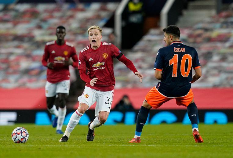 Donny van de Beek speelt de bal in het duel in de Champions League. Beeld BSR Agency