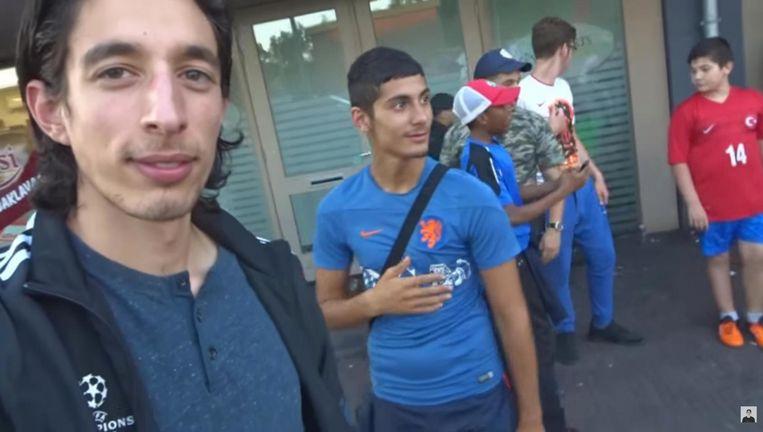 Ismail Ilgun (links) in een van zijn 'hoodvlogs'. Beeld YouTube