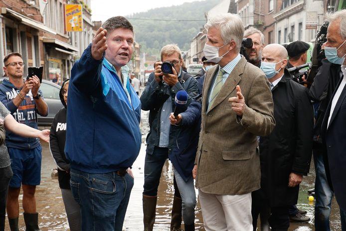 Koning Filip in gesprek met enkele van de getroffene bewoners