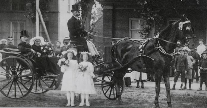 Gouden Bruiloft van de Berlicumse familie Wackerhuijsen in 1914. Op de achtergrond is veldwachter Smeekens nog zichtbaar. De foto is gemaakt op het Raadhuisplein Berlicum.