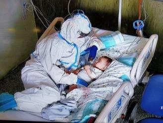 Volledig ingepakte verpleegster vertroetelt baby Matteo: een foto die heel Italië ontroert