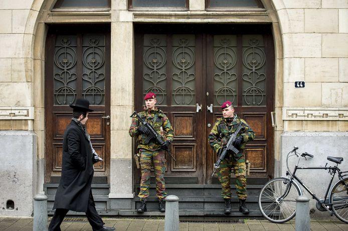 Militairen bewaken de synagoge aan de Oostenstraat in de Joodse buurt in Antwerpen, een paar dagen na een grote anti-terreuroperatie in diverse plaatsen in België in 2015.