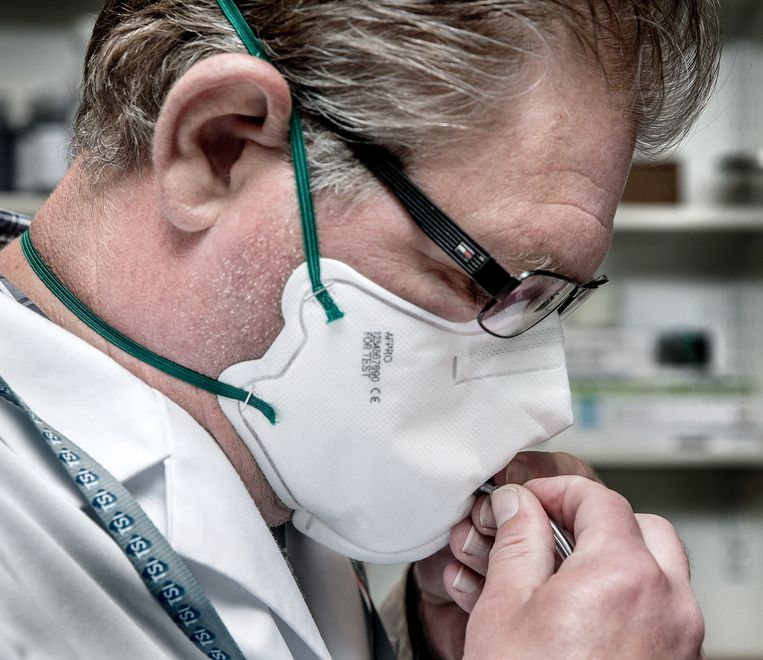 Om het tekort aan mondkapjes op te lossen gaat de Nederlandse luchtfilterfabrikant AFPRO filters uit Alkmaar in opdracht van de overheid massaal mondmaskers produceren op eigen bodem, FFP2-mondmaskers.  Beeld Jean-Pierre Jans