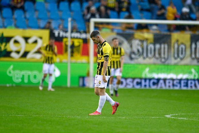 Vitesse-invaller Thomas Buitink sjokt over het veld na de derde Tilburgse treffer.