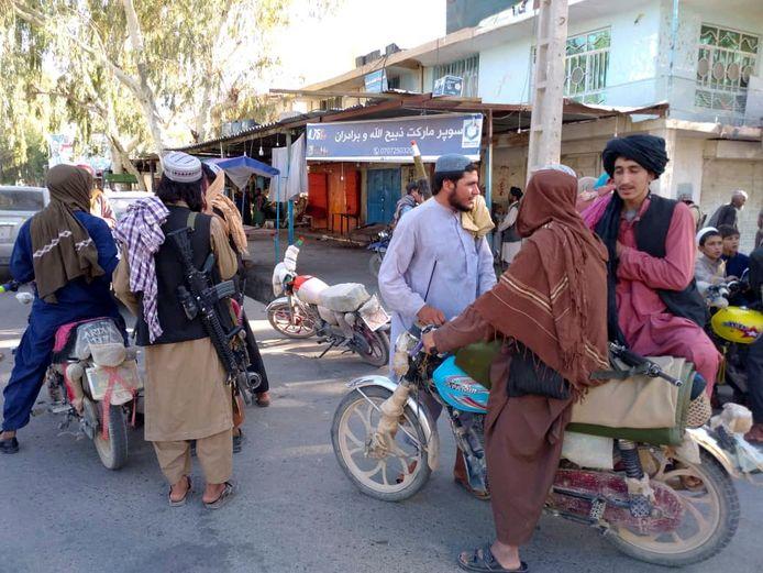 Taliban berpatroli di Farah, Afghanistan.