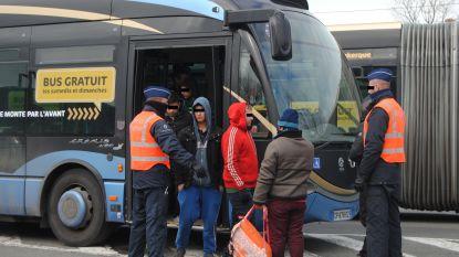 """34 transmigranten op bus aan grens: """"Die gratis bussen, moeten we daar niets aan doen?"""""""