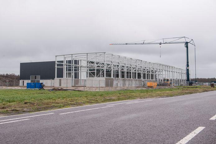 Een hal in aanbouw op 't Lochter. De foto dateert uit april 2018.