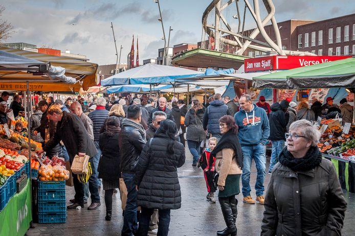 Drukte op de markt in Enschede.