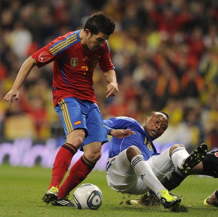 Villa zet Yepes en doelman Ospina in de wind, maar trapt dan op de paal. Beeld AFP