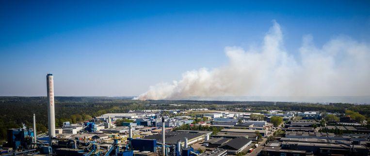 De brand nabij Nationaal Park de Meinweg, met op de voorgrond bedrijventerrein Roerstreek. Beeld ANP