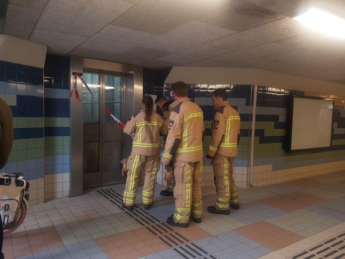 Niet voor het eerst staan er brandweerlieden bij de lift op het station van Meppel om iemand te bevrijden.