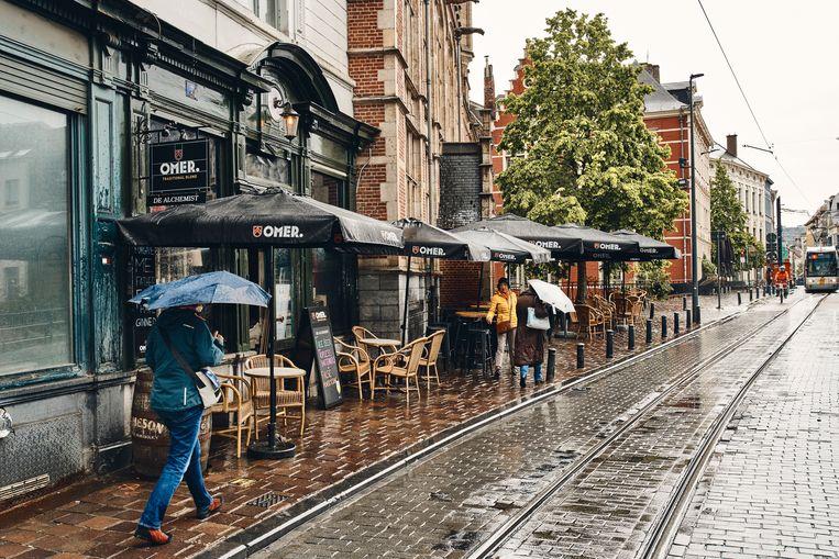Het terras van café De Alchemist, recht tegenover het Gravensteen in Gent.  Beeld Thomas Nolf