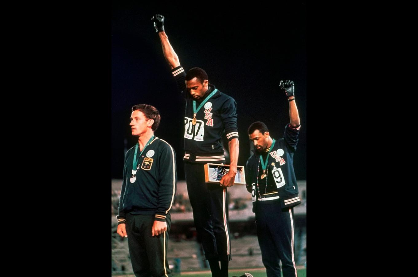 Tommie Smith en John Carlos (rechts) met de Black Power-vuist.