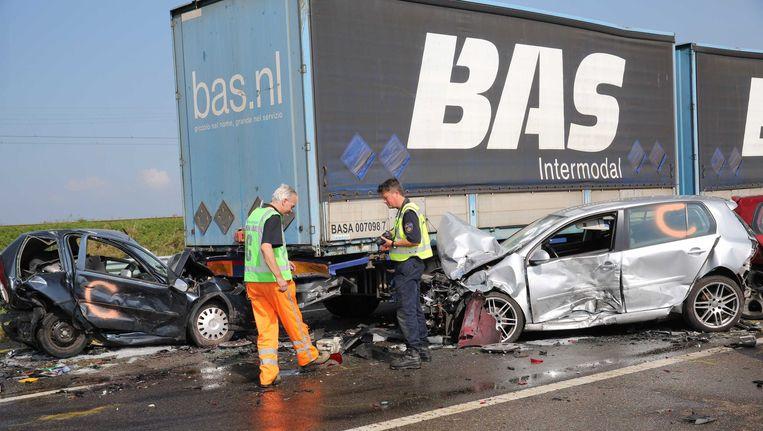 De ravage op de A58 tussen Goes en Middelburg, waar bij meerdere kettingbotsingen in dichte mist twee doden en vele gewonden zijn gevallen. Beeld ANP