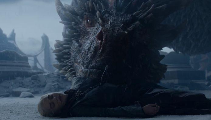 Zo zielig: Drogon beseft dat zijn 'moeder' niet meer beweegt.