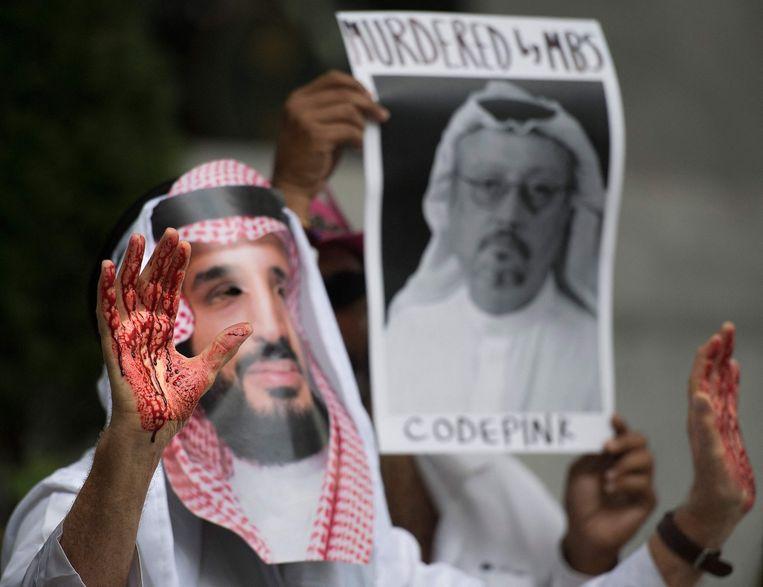 Een betoger draagt een masker van Mohammed bin Salman na de moord op Kashoggi. Beeld AFP