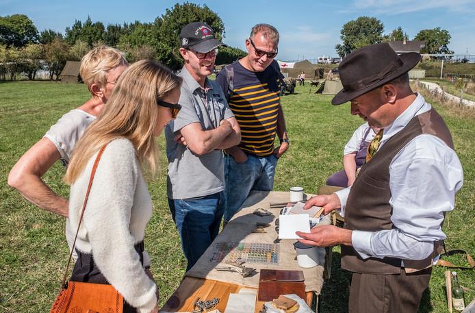 Bezoekers krijgen uitleg van de re-enactors in Grave