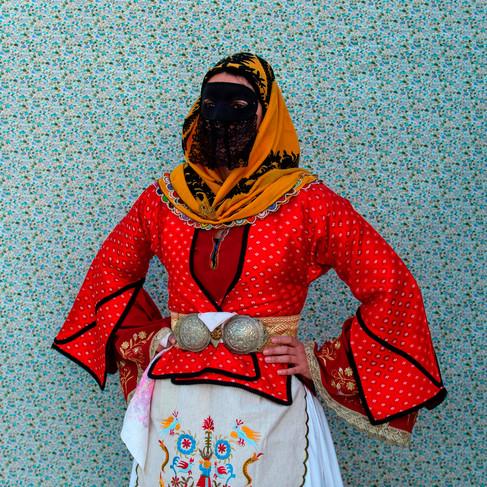 Foto van Bewoners Grieks eiland Skyros vieren carnaval met traditionele klederdracht
