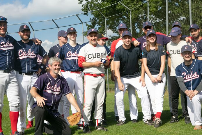 Martijn Hartgerink (midden) van de Hardenberg Cubs toont de eremedaille van de KNBSB, die hij kreeg als dank voor zijn inzet voor de vereniging en de honkbalsport.