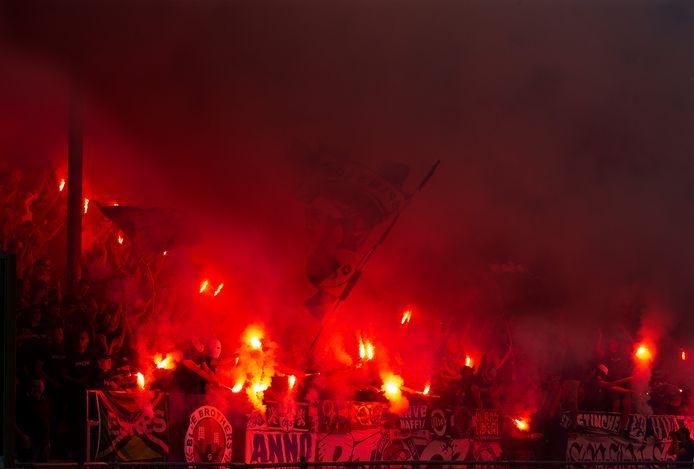 In de tweede helft van het duel De Graafschap-Roda JC op zaterdag 7 augustus werd er vuurwerk afgestoken op de Spinnekop.