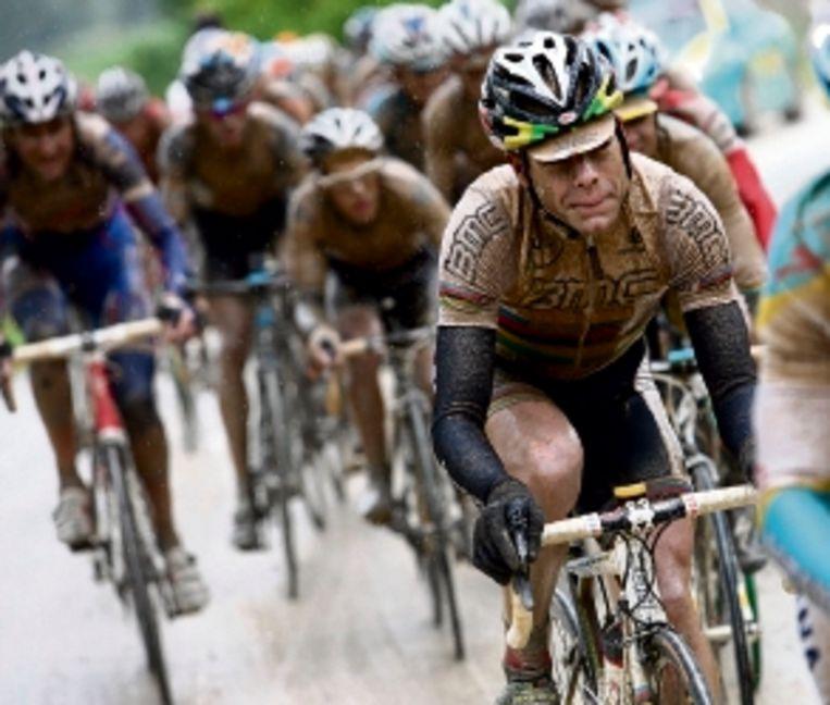 De besmeurde Evans, op weg naar de zege in de zevende etappe. (FOTO AP) Beeld