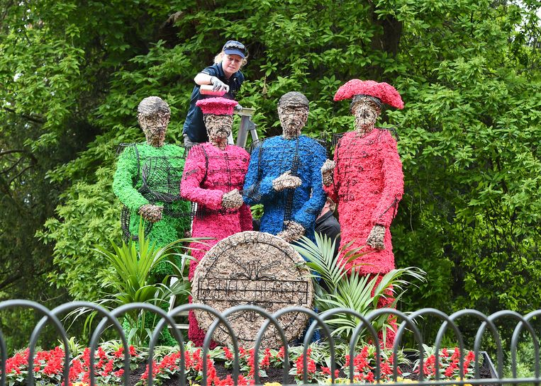 LONDON, ENGLAND - MAY 19:  Celebrating 50 years since The Beatles released Sgt Pepper's Lonely Hearts Club, a living installation will recreate the artwork from the infamous cover at Chiswick House And Gardens on May 19, 2017 in London, England.  (Photo by Eamonn M. McCormack/Getty Images) Beeld Getty Images